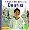 A Day in the Life of a Dentist (First Facts Commuity Helpers at Work Series) - Heather Adamson